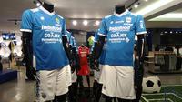 Jersey baru Persib musim 2018. (Bola.com/Muhammad Ginanjar)