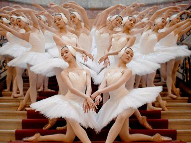 Penari Balet Shanghai menunjukkan koreografi di museum Bode di Berlin (29/11). Penayangan perdana Penari Balet Shanghai di Jerman tersebut akan berlangsung pada 1 Desember 2018. (AFP Photo/dpa/Britta Pedersen /Germany Out)