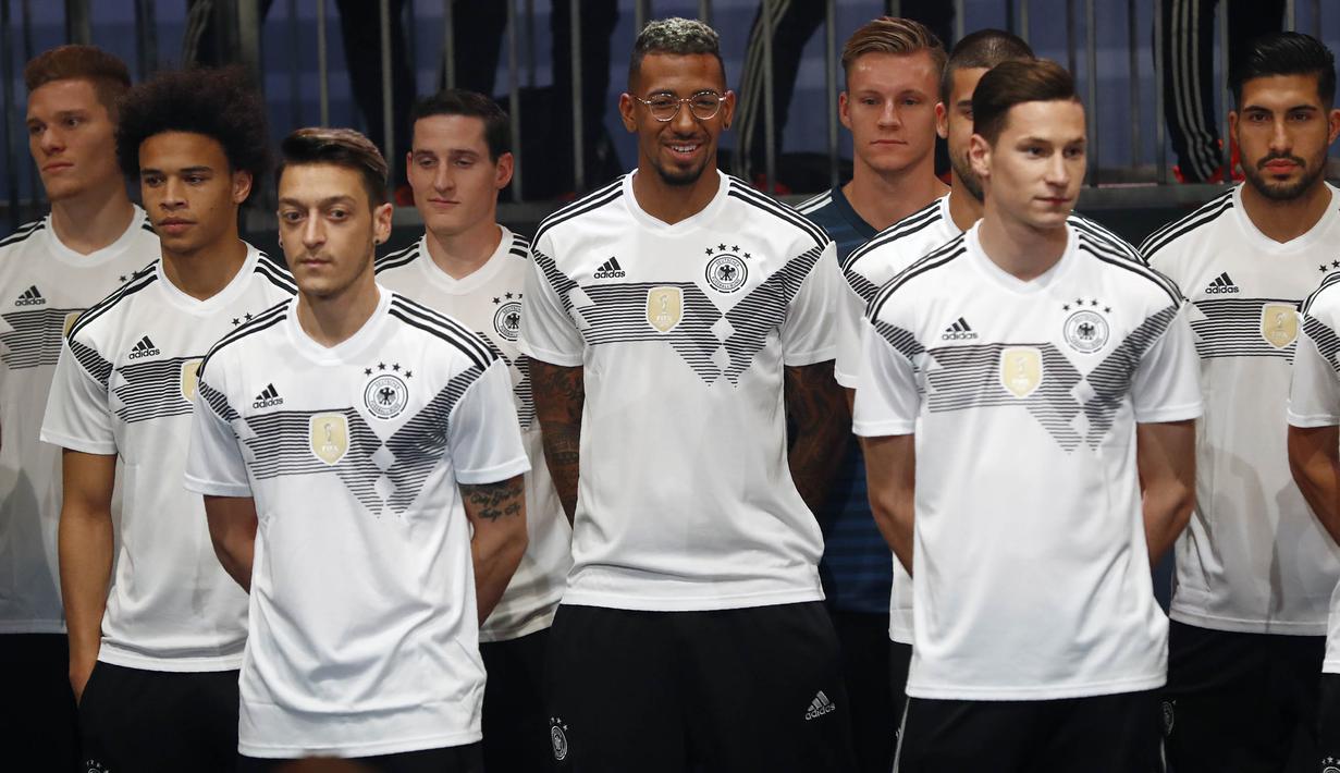 0887c0bd2 FOTO  Jerman Perkenalkan Jersey Baru untuk Piala Dunia 2018 - Dunia ...