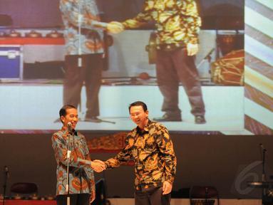 Jokowi saat berpamitan dengan Ahok di Istora Senayan, Jakarta, (16/10/14). (Liputan6.com/Herman Zakharia)