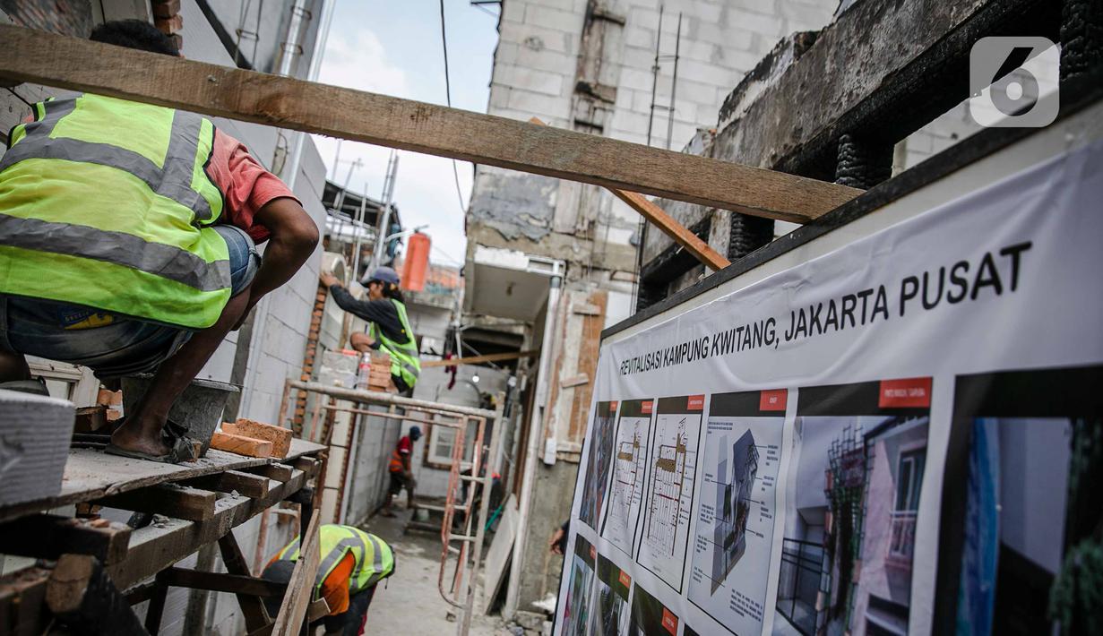 Pekerja menyelesaikan pengerjaan revitalisasi Kampung Kwitang, Jakarta, Kamis (7/4/2021). Sebanyak 27 rumah yang terbakar di Jl Kembang V, Kwitang, Jakarta Pusat, pada Sabtu (13/3) lalu. dan ditarget kan sebelum lebaran 2021. (Liputan6.com/Faizal Fanani)
