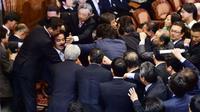 Tak Setuju UU Keamanan Lolos, Parlemen Jepang Ricuh (AFP)