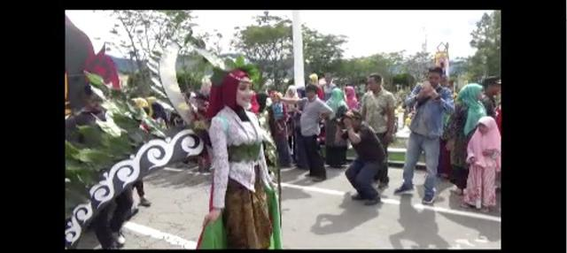 Ratusan pelajar Aceh Tengah gelar pawai budaya dengan mengenakan busana unik bertema kopi di acara Gayo Alat Mountain International Festival (GaMIFes) 2018.