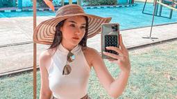 Sembari mengikuti protokol Covid-19, dara kelahiran tahun 1998 ini nampak tetap stylish. Dalam potret aktivitasnya di Instagram, ia nampak menggunakan baju bernuansa putih. (Liputan6.com/IG/sarahgibson21)
