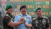 (Dari kiri) Pejabat baru KSAD Jenderal Andika Perkasa dan Panglima TNI Marsekal Hadi Tjahjanto bersama pejabat lama KSAD Jenderal Mulyono bersalam komando seusai  serah terima jabatan di Mabes TNI AD, Jakarta, Kamis (29/11). (Liputan6.com/Faizal Fanani)