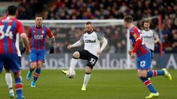 Gelandang Derby County, Wayne Rooney, mengontrol bola saat melawan Crystal Palace pada laga Piala FA di Stadion Selhurst Park, London, Minggu (5/1). Palace kalah 0-1 dari Derby. (AFP/Ian Kington)