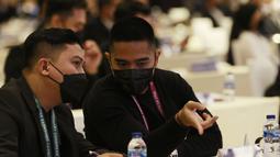 Adapun Kaesang Pangarep menghadiri Kongres Tahunan PSSI 2021 sebagai Direktur Utama sekaligus pemegang saham terbesar Persis Solo. Putra sulung Presiden Joko Widodo itu juga terlihat menggunakan busana casual berwarna hitam. (Foto: Bola.com/M Iqbal Ichsan)
