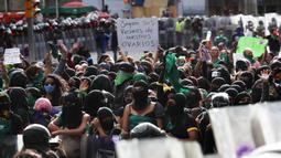 Demonstran hak-hak aborsi menggelar protes selama pawai Hari Dekriminalisasi Aborsi di Amerika Latin dan Karibia di Mexico City, Meksiko, Senin (28/9/2020). (AP Photo/Marco Ugarte)