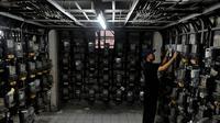 Atas perintah Presiden Jokowi kenaikan tarif listrik ditunda karena masyarakat berat dengan kenaikan harga BBM, Jakarta, Jumat (9/1/2015). (Liputan6.com/Johan Tallo)