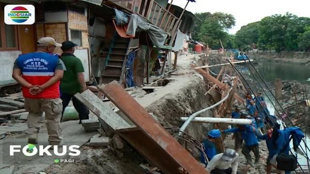 Dinas Lingkungan Hidup DKI Jakarta mengatakan, penyebab amblesnya tanah juga disebabkan turun naiknya permukaan air sungai.