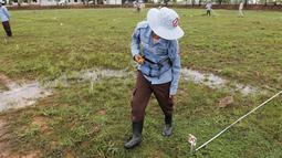 """Petugas saat melatih seekor tikus mendeteksi keberadaan ranjau di Siem Reap, Kamboja (13/7/2015). Tanah di Kamboja tercatat masih penuh dengan ranjau sisa perang sipil, Khmer Rough """"Killing Fields"""" pada 1970. (REUTERS/Samrang Pring)"""