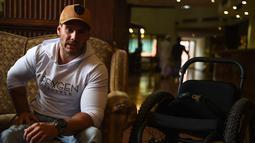 Scott Doolan saat diwawancara AFP di Kathmandu, Nepal, Kamis (15/3). Pria Australia ini akan didampingi rekannya, Matt Laycock dalam menempuh basecamp Everest yang berada di ketinggian 5.364 mdpl tersebut. (AFP Photo/Prakash Mathema)