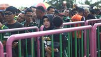 Peringati Hari Kartini, panpel Persebaya membuat jalur khusus Bonek wanita di Stadion GBT, Minggu (22/4/2018). (Bola.com/Aditya Wany)