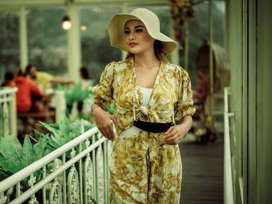 Pemilik nama lengkap Titania Aurelie Nurhermansyah ini memang dikenal punya gaya busana kekinian. Di berbagai kesempatan, Aurel kerap tampil memesona dengan mengenakan topi. Seperti kali ini, ia tampak mengenakan busana setelan kuning yang senada dengan topinya.(Liputan6.com/IG/@aurelie.hermansyah)