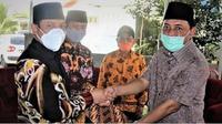 Plt Walikota Bengkulu Dedy Wahyudi menerima aset PSU dari pengembang perumahan. (Liputan6.com/Yuliardi Hardjo)