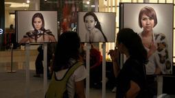 Tubuh Marcella Zalianty tampak seksi dibalut pita film dalam foto hasil jepretan Jerry Aurum, Senayan City, Jakarta, Rabu (17/9/2014) (Liputan6.com/Faizal Fanani)