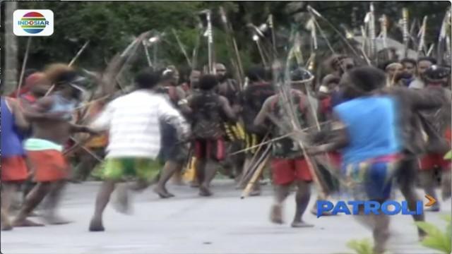 Bentrok antar-warga Distrik Kwamki Naram, Timika, Papua, diduga karena terbunuhnya seorang pemuda dua bulan lalu.