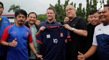 Bintang Sepakbola Inggris Michael Owen mengunjungi Jakarta. Ia menyempatkan diri melihat murid ssb berlatih.