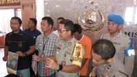 Polrestabes Surabaya menangkap dan mengungkap kasus kekerasan dalam rumah tangga yang suami tega bakar istri di Surabaya. (Foto: Liputan6.com/Dian Kurniawan)