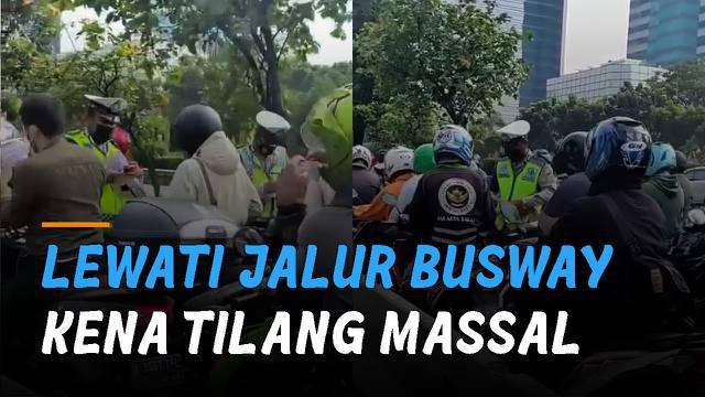 Beredar video puluhan motor dan kendaraan roda empat di tilang polisi saat melewati jalur busway di Jalan arah Slipi-Tomang.