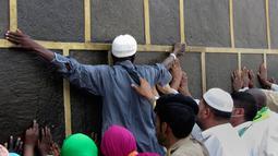 Umat muslim memeluk dinding Kakbah di Masjid al-Haram menjelang puncak pelaksanaan ibadah haji di kota suci Makkah, Arab Saudi pada Senin (5/8/2019). Ibadah haji menjadi pertemuan tahunan umat manusia terbesar di dunia.  (AP Photo/Amr Nabil)