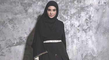 Zaskia Sungkar memiliki selera fashion yang menawan. Ia bahkan membuka usaha clothing line yang menawarkan ragam busana muslim. Modenya pun di desain langsung oleh Zaskia. (Liputan6.com/IG/@zaskiasungkar15)