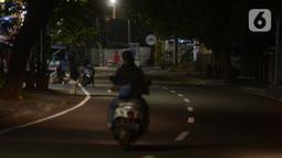 Kondisi lalu lintas pada malam takbiran di kawasan Tebet, Jakarta, Sabtu (23/5/2020). Satgas COVID-19 menutup akses Jalan Tebet Utara tersebut untuk menekan penyebaran COVID-19 dan mengurangi keramaian warga yang ingin berbelanja baju Lebaran pada malam takbiran. (merdeka.com/Imam Buhori)