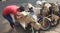 Jasa pengiriman sepeda motor. (Herdi/Liputan6.com)