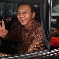 Gubernur DKI Jakarta Basuki T Purnama usai menjalani pemeriksaan di Bareskrim Polri, Jakarta, Senin (24/10). Ahok dilaporkan atas tuduhan penistaan agama terkait pidatonya tentang surat Al-Maidah. (Liputan6.com/Johan Tallo)
