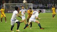 Para pemain Arema FC coba menghalau pergerakan pemain Sriwijaya FC, Adam Alis, di laga perempat final Piala Presiden 2018, Minggu (4/2). (Liputan6.com/Fajar Abrori)