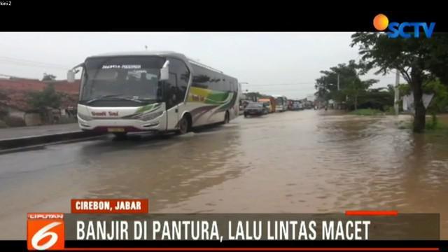 Untuk memperlancar arus lalu lintas, polisi berlakukan buka tutup di Simpang Pangarengan yang menjadi titik utama banjir.