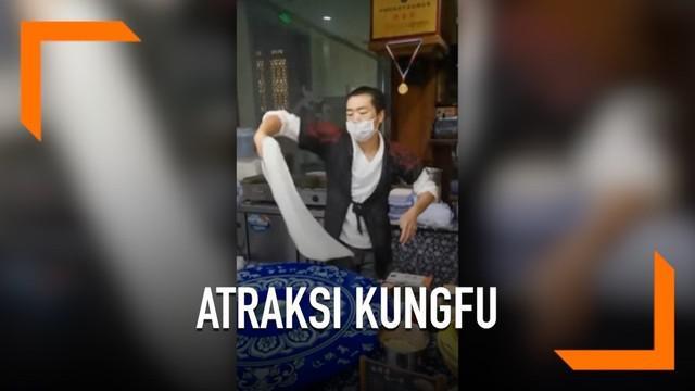 Seorang kungfu master menunjukkan kemampuannya melakukan gerakan tai chi sambil memutar adonan roti pirata. Aksi tersebut berlangsung di salah satu objek wisata di China.