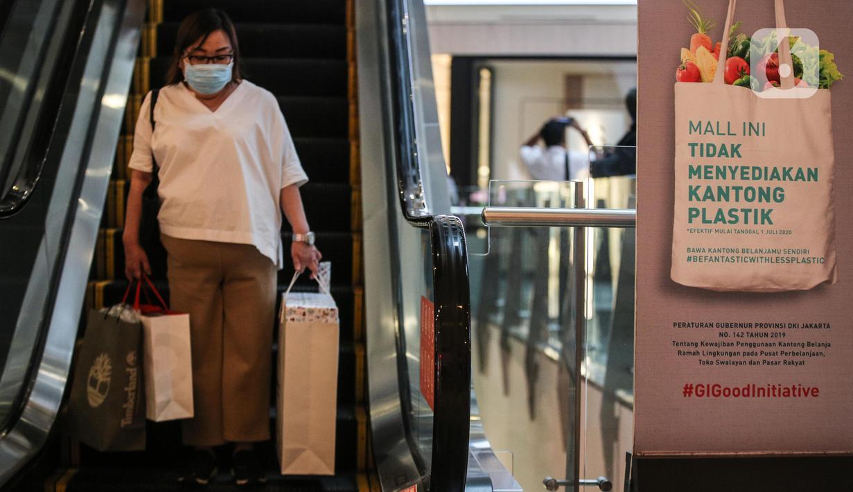 Pengunjung membawa kantong belanja dari kertas saat mengunjungi Mall Grand Indonesia, Jakarta, Rabu (1/7/2020). Hari pertama larangan penggunaan kantong plastik di Jakarta, pusat perbelanjaan ini menerapkan penggunaan kantong belanja ramah lingkungan (KBRL). (Liputan6.com/Faizal Fanani)