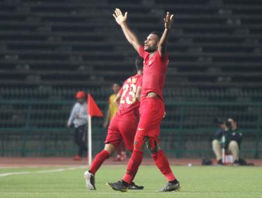 Striker Timnas Indonesia U-22, Marinus Wanewar, merayakan gol yang dicetaknya ke gawang Kamboja U-22. (Bola.com/Zulfirdaus Harahap)