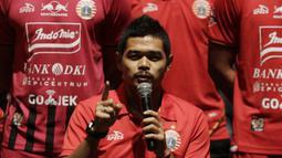 Pemain Persija Jakarta, Bambang Pamungkas, memberi sambutan saat launching tim dan jersey 2019 di Epicentrum, Jakarta, Jumat (17/5). Tim berjulukan Macan Kemayoran itu memperkenalkan 30 pemain serta jersey untuk berlaga di Liga 1 2019. (Bola.com/M Iqbal Ichsan)