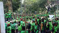 Ribuan massa pengemudi ojek online yang tergabung daman Driver Ojol Jabar Bersatu menggelar unjuk rasa damai di depan Balai Kota Bandung, Senin (13/7/2020). (Liputan6.com/Huyogo Simbolon)