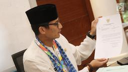 Sandiaga Uno menyerahkan surat pengunduran diri sebagai Wakil Gubernur DKI Jakarta di Balai Kota Jakarta, Jumat (10/8). Sandiaga mengundurkan diri setelah mendeklarasikan diri menjadi cawapres mendampingi Prabowo Subianto. (Liputan6.com/Herman Zakahria)