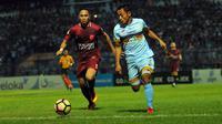 Duel Reva Adi Utama (PSM/merah) vs Samsul Arif (Persela) pada pertandingan di Stadion Surajaya, Lamongan, Sabtu (12/8/2017). (Bola.com/Fahrizal Arnas)