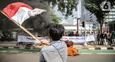 Pengunjuk rasa yang tergabung dalam gerakan nasional tolak reklamasi (Gentar) mengibarkan bendera merah putih didepan Gedung Balaikota, Jakarta, Rabu (8/7/2020). Dalam aksinya mereka meminta Gubernur DKI Jakarta Anies Baswedan untuk menghentikan Reklamasi Pantai Ancol. (Liputan6.com/Faizal Fanani)