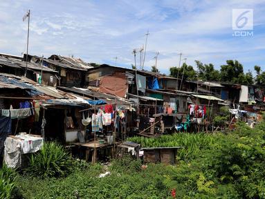 Pemandangan hunian di kawasan padat penduduk, Kapuk, Jakarta, Senin (26/3). Gubernur DKI Jakarta Anies Baswedan mengatakan 50 persen penduduk Jakarta tidak memiliki rumah sendiri. (Liputan6.com/JohanTallo)