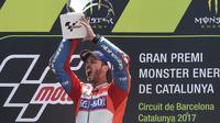 Momen saat pembalap Ducati, Andrea Dovizioso memenangkan balapan MotoGP Catalunya 2017. (Josep LAGO / AFP)