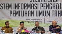 Ketua KPU Arief Budiman (dua kanan) bersama Komisioner KPU Pramono Ubaid Tanthowi, Ilham Saputra dan Wahyu Setiawan menggelar sosialisasi aplikasi Sistem Informasi Penghitungan Suara (Situng) di Gedung KPU, Jakarta, Jumat (18/1). (Liputan6.com/JohanTallo)