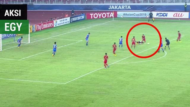 Gelandang Timnas Indonesia U-19, Egy Maulana Vikri, membuat kiper Chinese Taipei, Li Guan-Pei, tidak berdaya dalam laga Grup A Piala AFC U-19 2018, Kamis (18/10/2018).