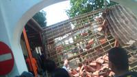 Petugas mengecek atap bangunan Gedung Pendopo Lama Gubernur Banten yang tiba-tiba ambruk. (Liputan6.com/Yandhi Deslatama)