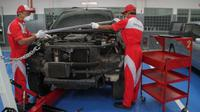 Ilustrasi servis mobil di bengkel resmi Mitsubishi. (MMKSI)
