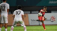 Bek Indonesia, Rezaldi Hehanusa, melepaskan tendangan ke gawang Hong Kong pada laga Asian Games di Stadion Patriot, Jawa Barat, Senin, (20/8/2018). Indonesia menang 3 - 1 atas Hongkong. (Kapanlagi.com/Agus Apriyanto)