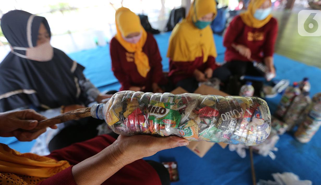 Warga penggiat bank sampah mengolah kerajinan 'eco brick' dari limbah sampah kemasan dan botol plastik di Pulau Harapan, Kabupaten Kepulauan Seribu Jakarta, Sabtu (22/5/2021). Sampah palstik yang dipadatkan ke dalam botol dibentuk menjadi kerajinan meja dan kursi. (Liputan6.com/Fery Pradolo)