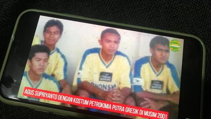 Foto lama Agus Supriyanto, gelandang bertahan sempat mewarnai pentas Liga Indonesia era 1990 sampai 2000-an saat berbincang dengan Youtube Omah Balbalan. (Bola.com/Ario Yosia)