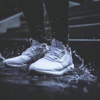 Ilustrasi rain sneakers. (dok. unsplash.com/Asnida Riani)