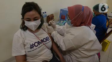 Warga DKI 18 Tahun ke Atas Jalani Vaksinasi COVID-19